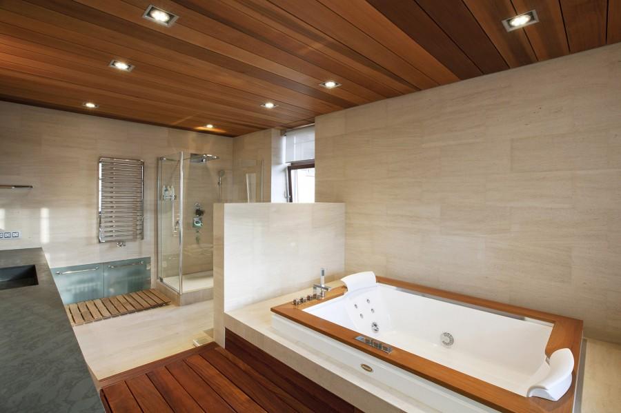 Профессиональная отделка деревом ванной комнаты