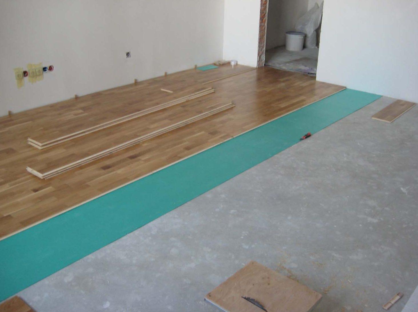 Если настил ламината производится на бетонный пол